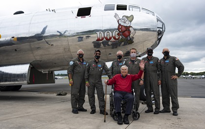 """Retired U.S. Air Force Lt. Col. Bob Vaucher, who flew Boeing B-29 Superfortresses during World War II, joins the B-29 """"Doc"""" crew at Manassas Regional Airport/Harry P. Davis Field after a local flight in the aircraft that had been scheduled to take part in the Arsenal of Democracy flyover of Washington, D.C., before it was scrubbed for weather. Photo by David Tulis."""