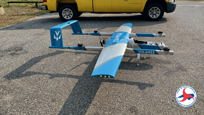 The Volansi C10 Gemini aircraft used in the July 22 test has a fixed wing, pusher prop, and four rotors to enable vertical takeoff and landing, transitioning to fixed-wing flight for long-distance cruise. It carries a 5-pound payload. Photo courtesy of the North Carolina Department of Transportation.